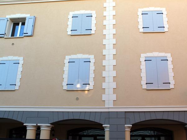 Montaggio-cornici-per-finestre